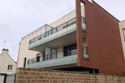 Garde-corps vitrés, mains courantes et séparatifs de balcons