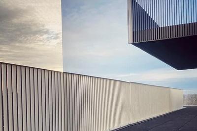 Pose de séparatifs de balcons en acier galvanisé à chaud