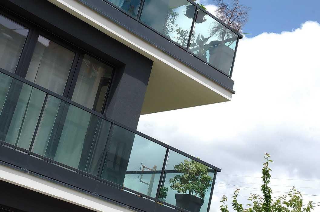 Garde-corps vitrés sur balcons et clôture à barreaudage dsc7694