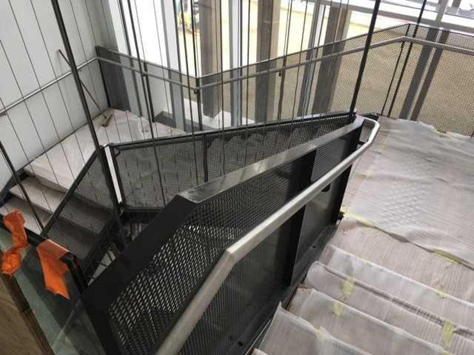 Escalier métallique avec main courant en inox - Saint-Brieuc (22) img1464
