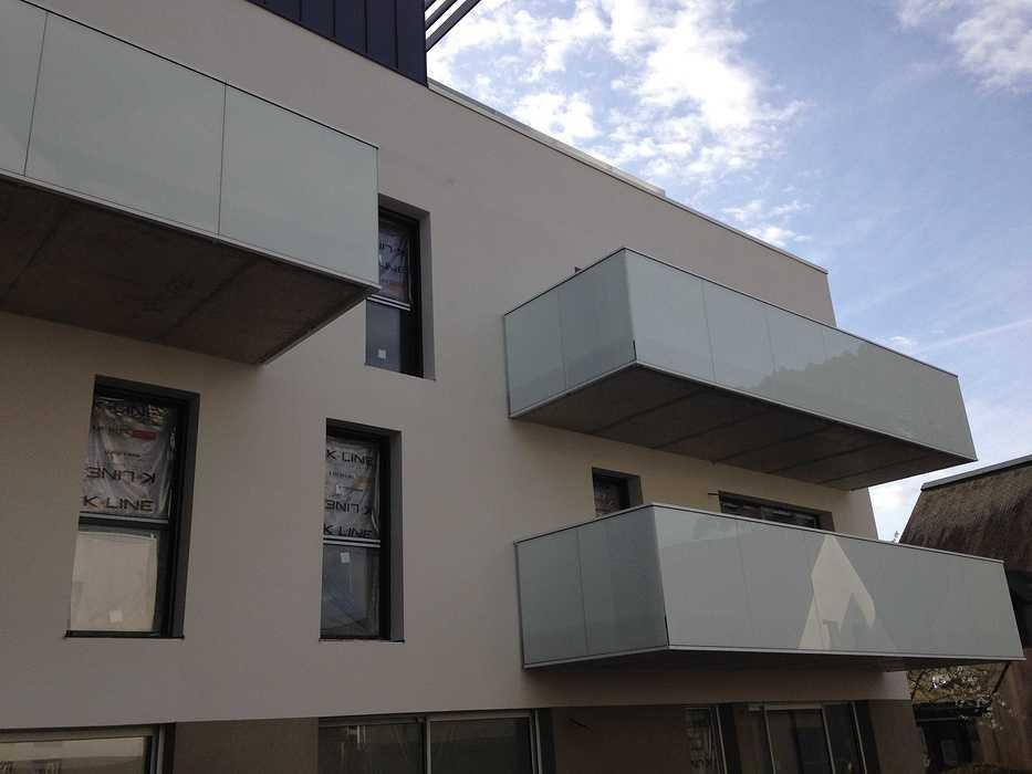 Garde-corps alu avec vitrages en laqué blanc et acier, clôture, auvents, balcons patioriva1