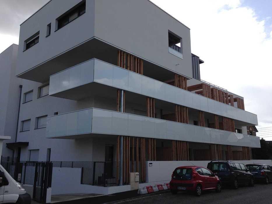 Garde-corps alu avec vitrages en laqué blanc et acier, clôture, auvents, balcons patioriva2