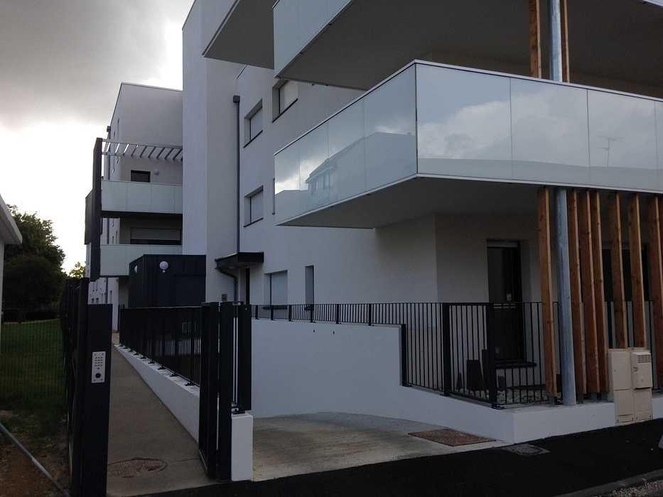 Garde-corps alu avec vitrages en laqué blanc et acier, clôture, auvents, balcons patioriva3