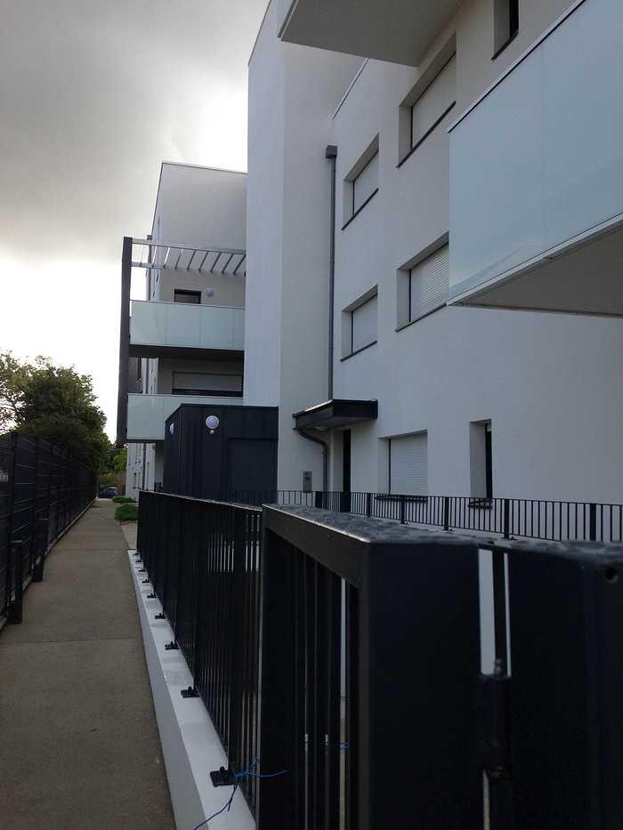 Garde-corps alu avec vitrages en laqué blanc et acier, clôture, auvents, balcons patioriva4