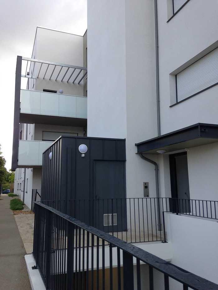 Garde-corps alu avec vitrages en laqué blanc et acier, clôture, auvents, balcons patioriva6