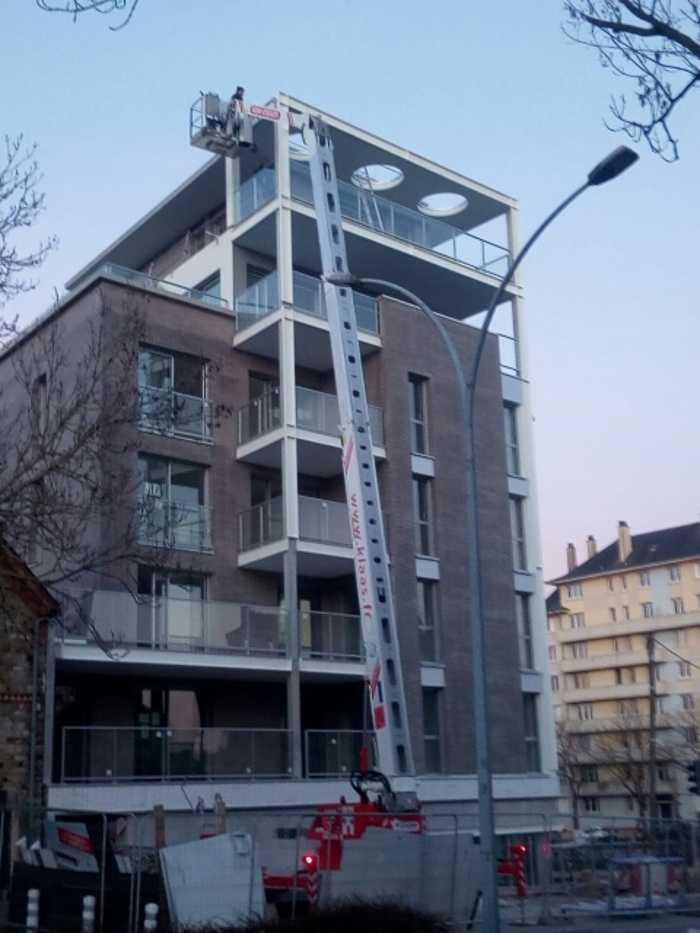 Opération de montage de structures métalliques et garde-corps vitrés - Rennes 0
