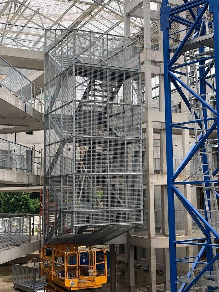 Pose d''un escalier galva sur le chantier UTOPIA. 12223999219216841179734417348620716348711062o