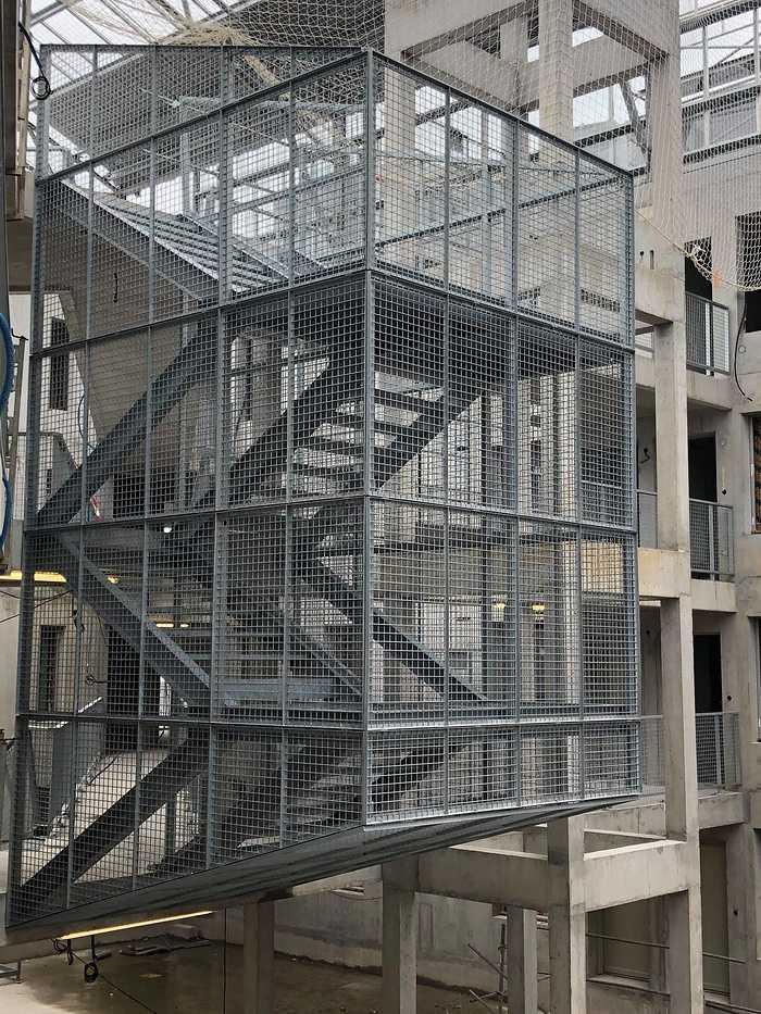 Pose d''un escalier galva sur le chantier UTOPIA. 1222462961921684047973448962220207313802425o