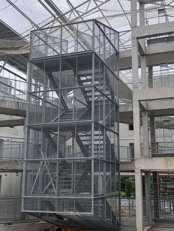 Pose d''un escalier galva sur le chantier UTOPIA. 0